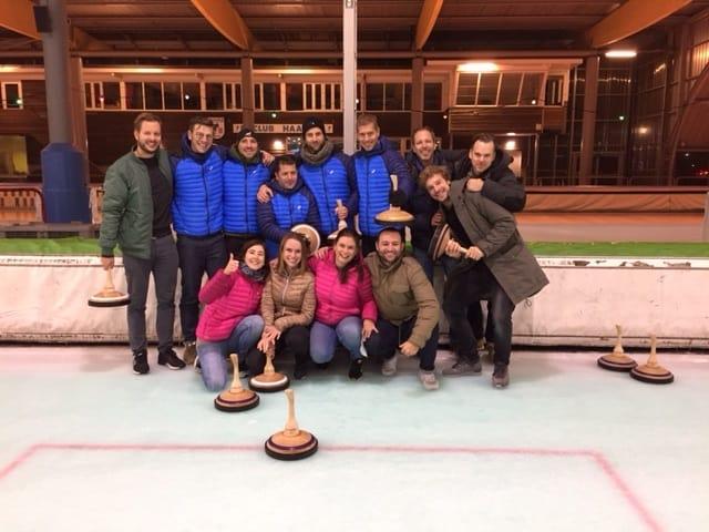 Een groep op de IJsbaan Haarlem die Bavarian Curling aan het spelen is.